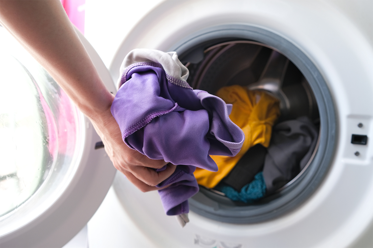 將顏色鮮艷的衣服放進洗衣機清洗,避免致敏原