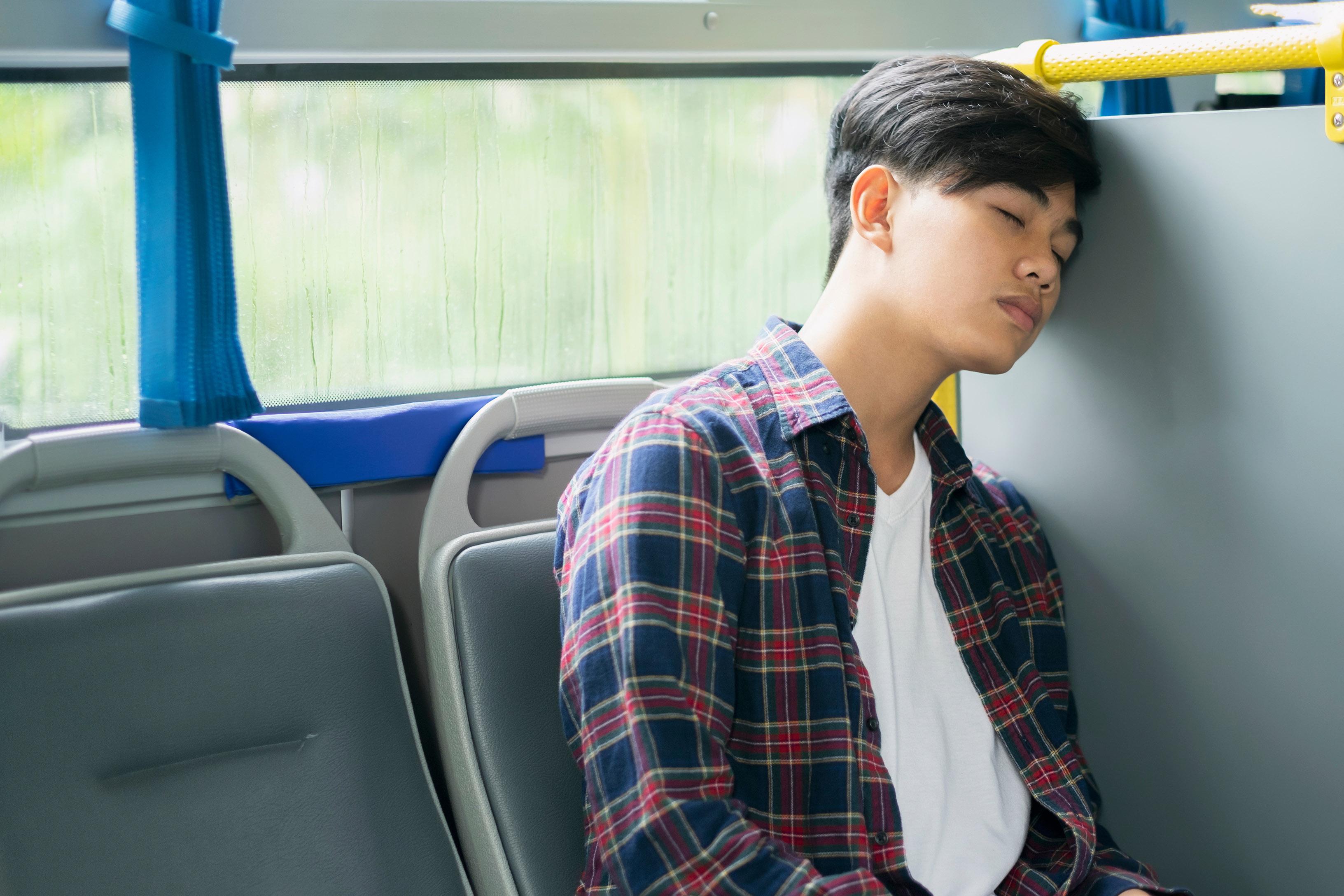 男人在巴士上睡覺