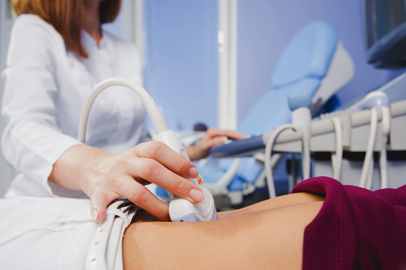 女性接受婦科超聲波檢查,檢測子宮肌瘤