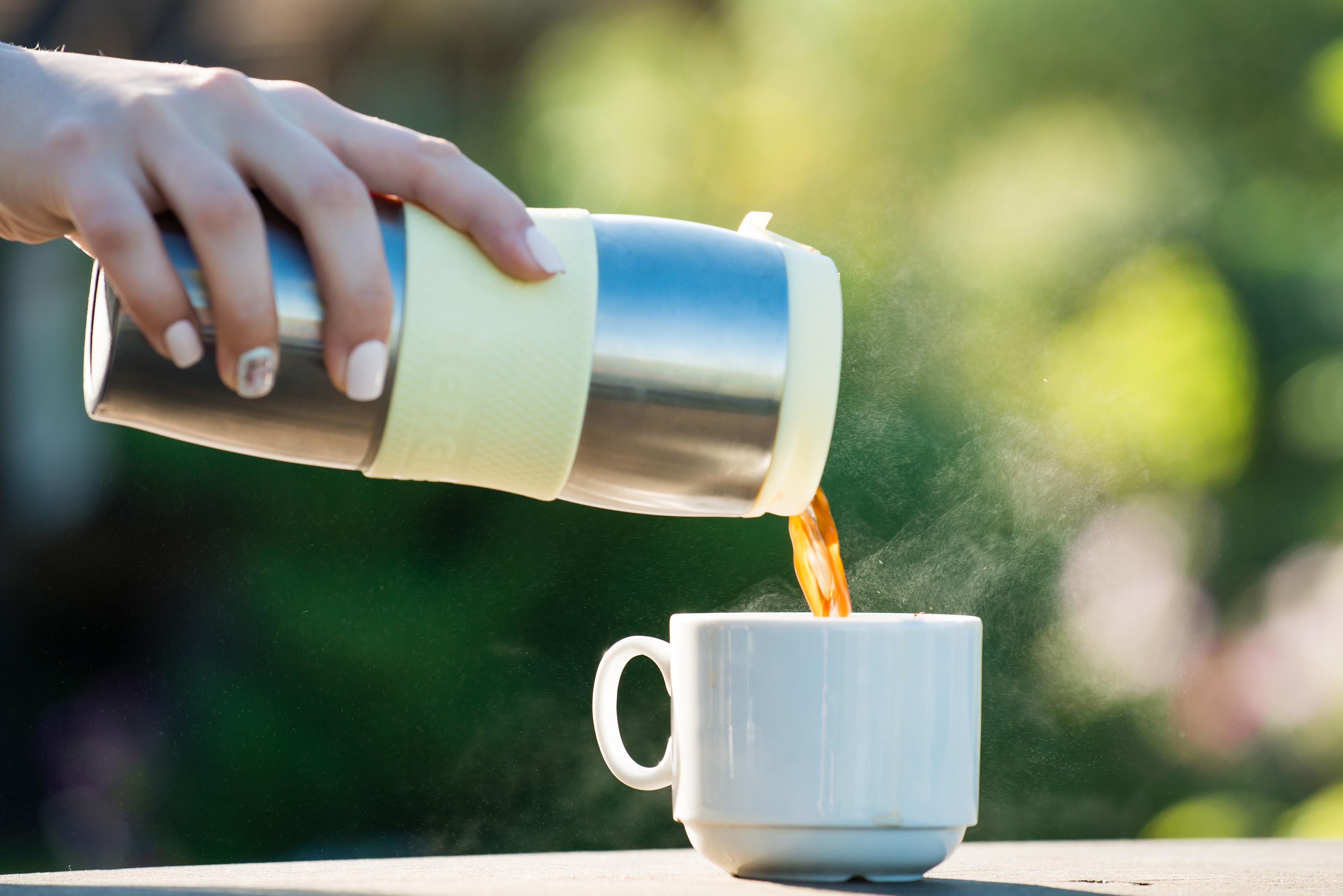 保溫壺倒出咖啡
